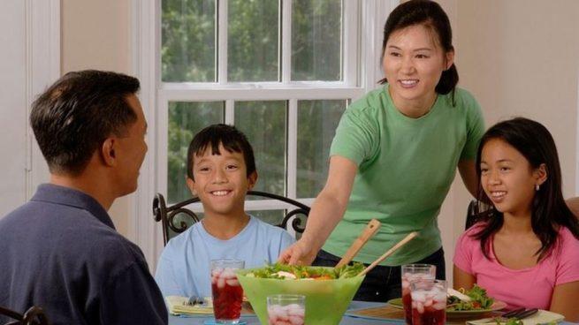 Si la familia come junta y unida entonces el niño se acostumbra a ver lo que comen los demás.