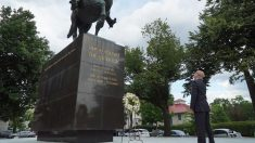 El opositor venezolano IVán Simonovis posa en una estatua de Simón Bolivar en Washington. Foto: Twitter
