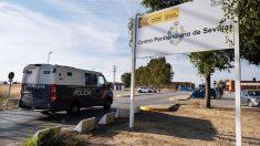 """El furgón que llevó a los miembros de """"La Manada"""" al Centro Penitenciario Sevilla 1, en el término municipal de Mairena del Alcor. Foto: EFE"""