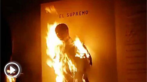 Separatistas catalanes queman un muñeco de Manuel Marchena en Lérida durante la noche de San Juan