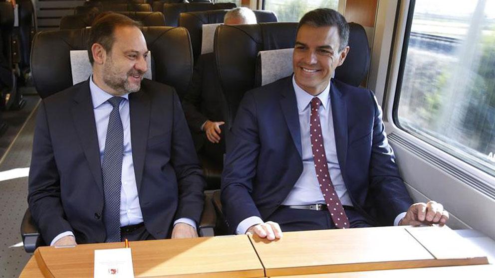 El presidente, Pedro Sánchez (d), acompañado por el ministro de Fomento José Luis Ábalos, durante el viaje inaugural de este AVE Madrid-Antequera-Granada. Foto: EFE