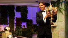Rafael Nadal, con uno de sus trofeos de campeón en Wimbledon. (Getty)
