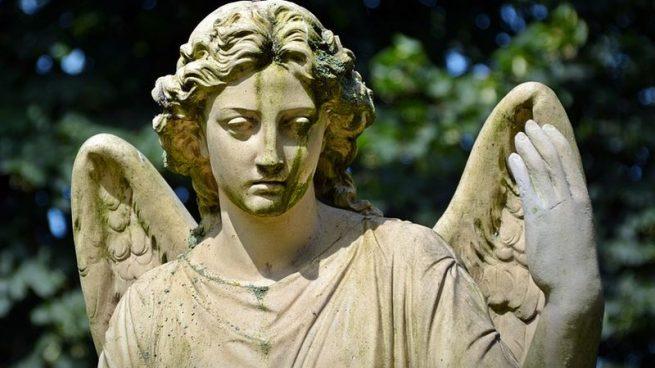 Cuando hacemos referencia a la expresión Llegar y besar el santo se atribuye a tener suerte nada más llegar a un sitio.