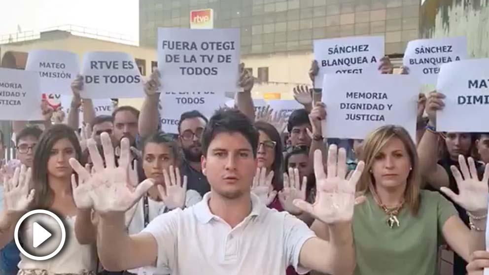 Manos blancas en TVE contra la entrevista de Otegi