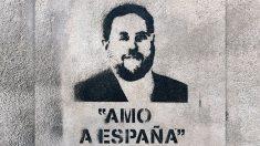Cartel pintado en la pared con la cara de Oriol Junqueras y la consigna «amo a España»