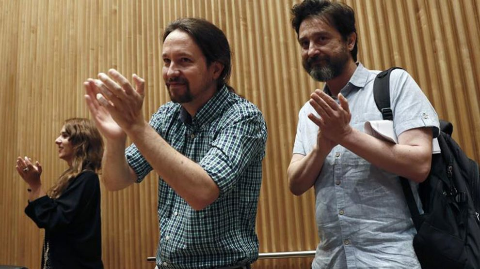 El secretario general de Podemos, Pablo Iglesias (i), y el diputado de esta formación, Rafa Mayoral (d), aplauden durante la jornada por la defensa de los servicios públicos organizada por el Grupo Parlamentario Unidas Podemos-En Comú Podem-Galicia en Común, este miércoles en el Congreso de los Diputados. Foto: EFE