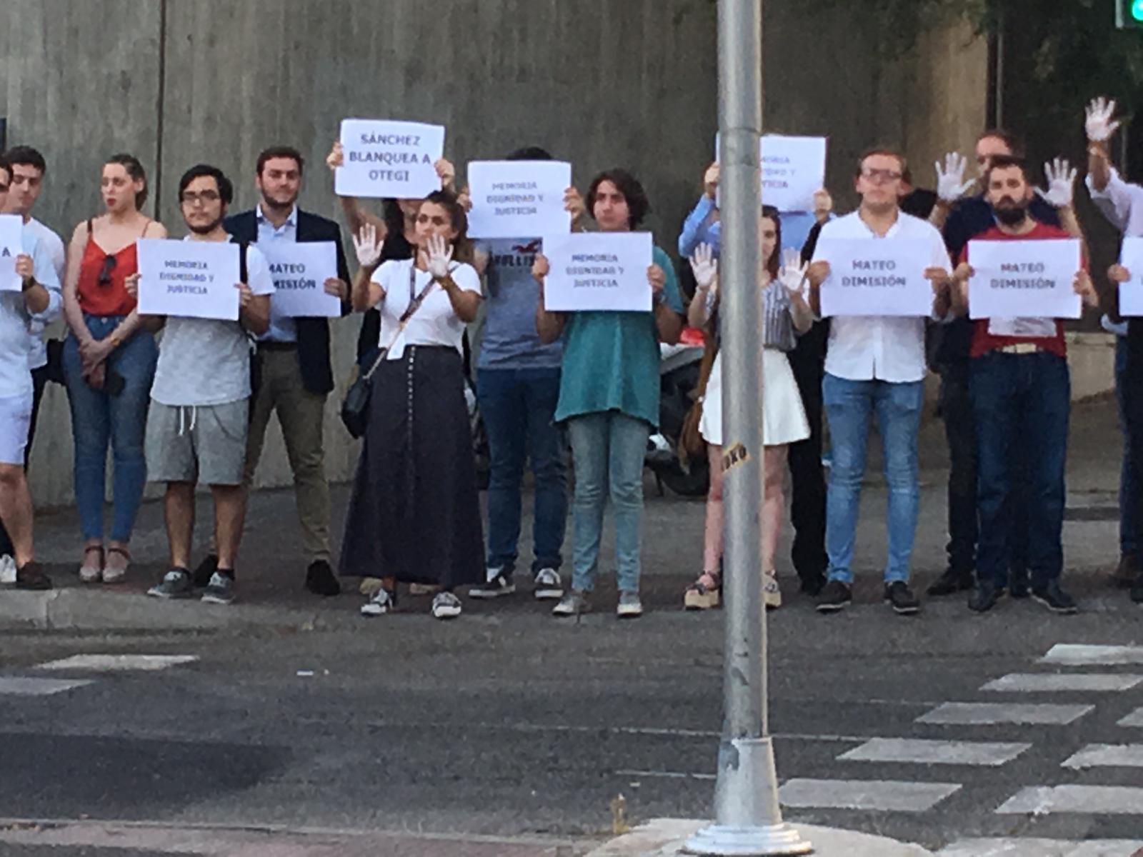 Decenas de personas han llegado hasta las instalaciones de Torrespaña, una de las sedes de TVE ubicada en la zona madrileña de O'Donnell, con carteles de protesta contra la entrevista que en menos de media hora le harán al etarra Arnaldo Otegi en el Canal 24 horas