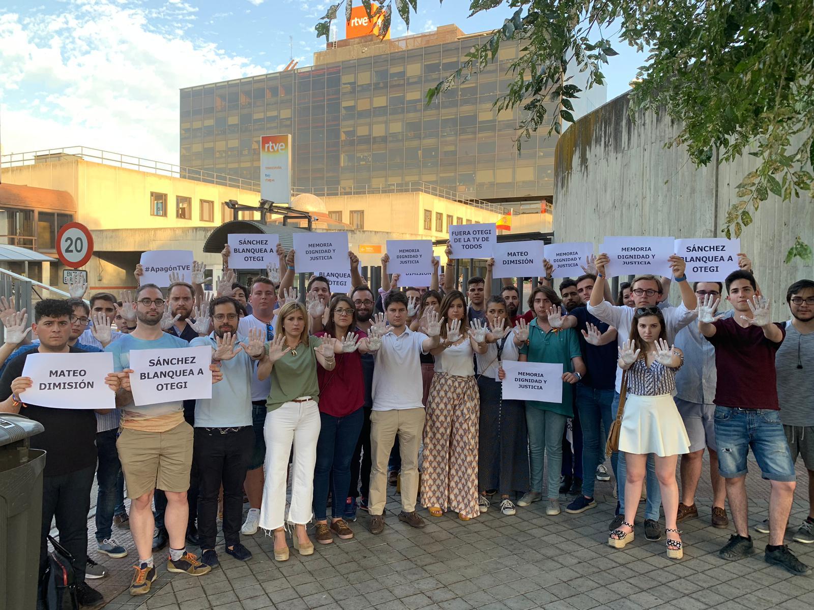 Protesta en TVE por la entrevista de Otegi. @OKDIARIO