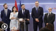 Abascal, junto a la dirección de su grupo parlamentario, en rueda de prensa este jueves en el Congreso. (Foto: EP)