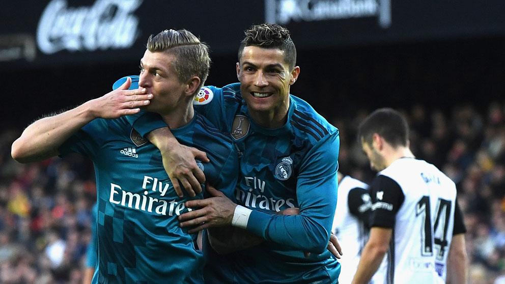 Kroos-es-abrazado-por-Cristiano-tras-marcar-un-gol-en-Liga-ante-el-Valencia-en-la-temporada-17-18-(Getty)
