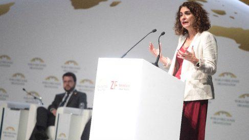 La ministra de Hacienda, María Jesús Montero, habla durante la inauguración, este jueves en Barcelona de la quinta edición del Congreso Mundial de las Zonas Francas. (Foto: Efe)