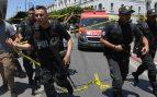 Policías tunecinos tras los atentados. Foto: AFP