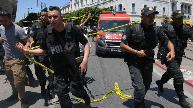 Un muerto y al menos ocho heridos por dos atentados en Túnez