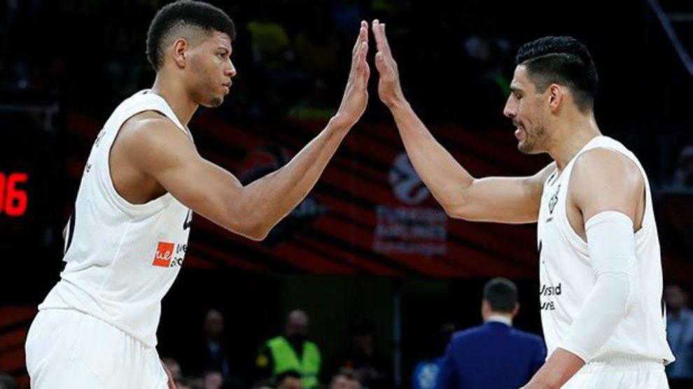 Tavares y Ayón durante un partido con el Real Madrid. (realmadrid.com)