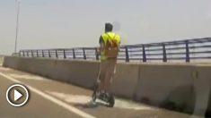 Sin casco, sin auriculares y en patinete por una autovía.