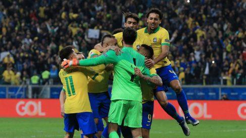 Los jugadores de Brasil celebran el pase. (Getty)