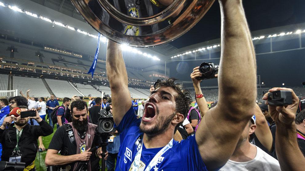 Lucas-Silva-levanta-la-copa-de-campeón-de-Copa-de-Brasil-2018-conquistada-con-el-Cruzeiro-(Getty)