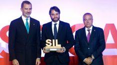 El rey Felipe VI junto al director de relaciones institucionales y gubernamentales de Ford España