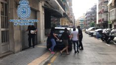 Imagen de la detención de las tres mujeres en Benidorm facilitada por la Policía Nacional. (Foto: EP)