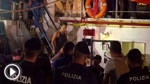 La capitán del barco de migrantes en Lampedusa al ser detenida por agentes de la Policía de Italia @Getty