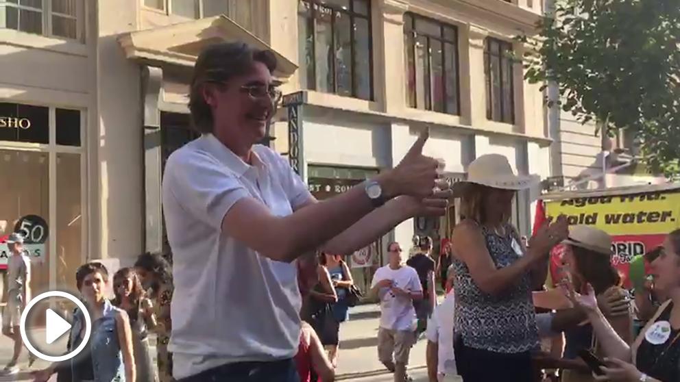 La edil Marta Higueras, posible sucesora de Carmena, aplaude a los manifestantes contra la revisión de Madrid Central. (Imagen: F. Toledo)