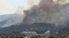 Captura de video del incendio declarado en el municipio de Almorox en Toledo, este sábado. El delegado de la Junta de Castilla-La Mancha en Toledo, Javier Nicolás, ha informado que seis medios aéreos y quince terrestes de la comunidad autónoma trabajan en las tareas de control del incendio que se ha iniciado en Almorox (Toledo) y se ha propagado a Cadalso de los Vidrios (Madrid). Foto:EFE