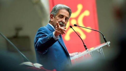 El presidente de Cantabria, Miguel Ángel Revilla, durante su discurso en la ceremonia en la que ha tomado posesión de su cargo, este sábado en el Parlamento de Cantabria. Foto: EFE