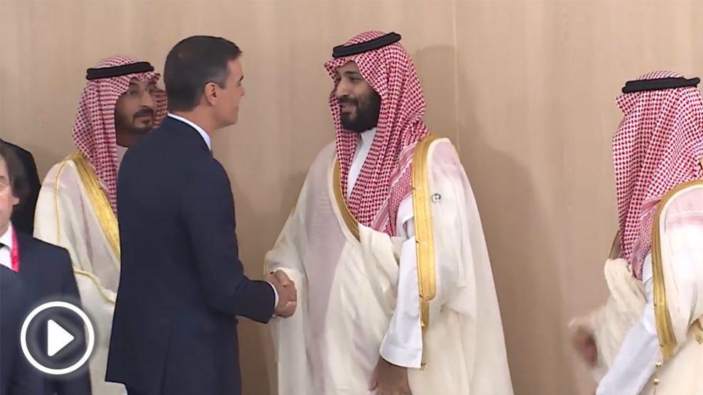 Pedro Sánchez saluda al príncipe heredero saudí Mohamed bin Salmán en la cumbre del G-20.