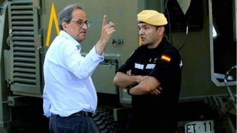 El presidente de la Generalitat, Quim Torra (i) habla con un oficial de la UME en Vinebre (Tarragona). (Foto: EFE)