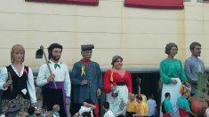 Gigantes con lazos amarillos separatistas en la Fiesta Mayor de Abrera (Barcelona). (Foto: @INNdaniperales vía Twitter)