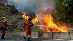 Los bomberos sofocan uno de los incendios en el sur de la provincia de Ávila (Foto: Europa Press)
