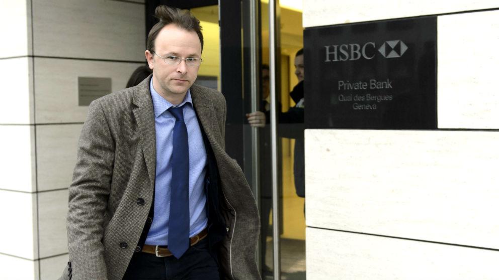 El fiscal del cantón de Ginebra Yves Bertossa abandona las oficinas de HSBC Private Bank en Ginebra (Suiza), el 18 de febrero de 2015, tras el registro de sus dependencias (Foto: EFE).