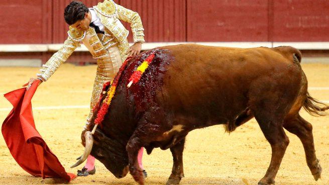 El joven Pablo Aguado salva la noche en la feria de Burgos con destellos y vuelta al ruedo