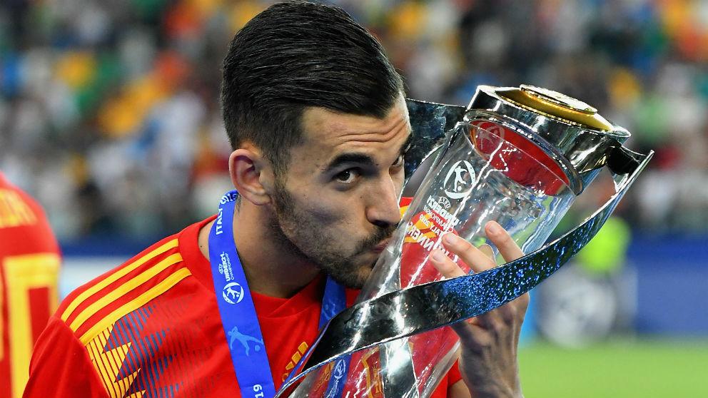 Dani Ceballos posa con el trofeo de campeón de Europa sub-21. (Getty)