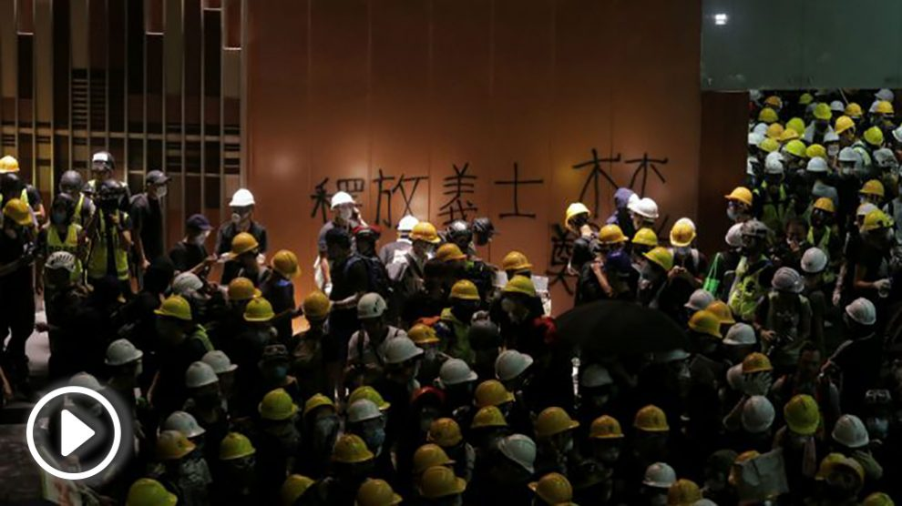manifestantes-chinos-asaltan-el-parlamento-de-hong-kong-655×368 copia