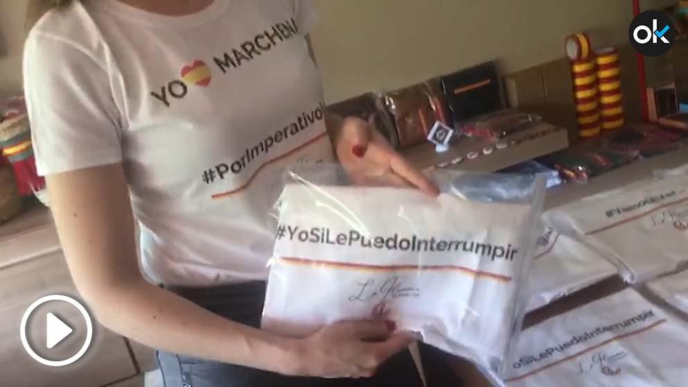Patricia Muñoz, fundadora de 'La flamenca de Borgoña', muestra las camisetas del juez Marchena.