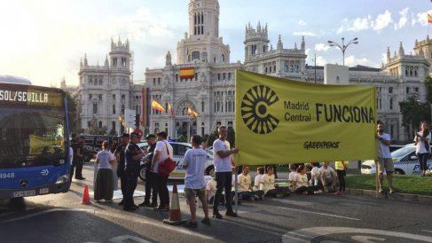 Piquete en la calle Alcalá a favor de Madrid Central. (Foto. Greenpeace)