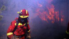 Un bombero de la UME luchando contra un incendio forestal.