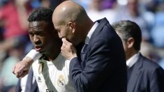 Zinedine Zidane le da órdenes a Vinicius en un partido de la temporada pasada. (AFP)