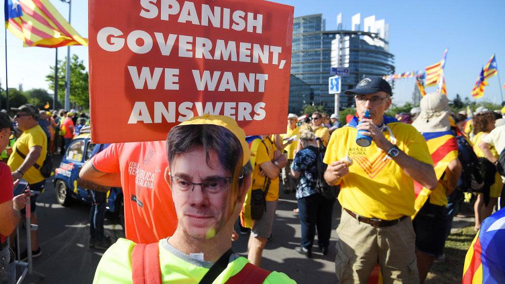 Un manifestante a favor de la independencia de Cataluña con una careta de Carles Puigdemont. Foto: AFP