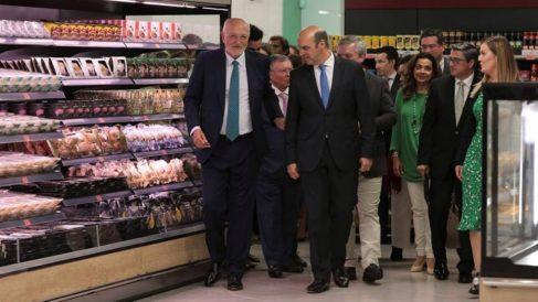 Juan Roig junto a autoridades locales en la apertura del primer Mercadona de Portugal