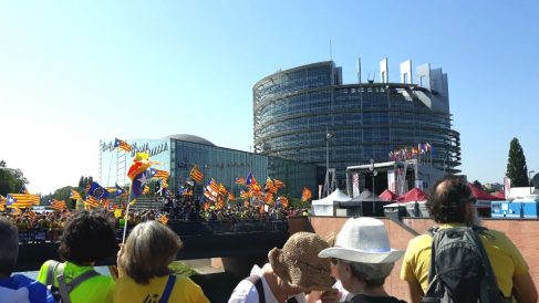 Unos 4.000 independentistas se concentran en la sede del Parlamento Europeo en Estrasburgo (Francia). (Foto: Europa Press)