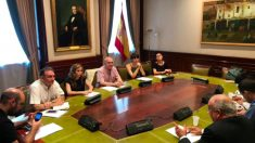 Diputados de Unidas Podemos, ERC y Bildu reunidos con el portal venezolano Misión Verdad, afín al régimen de Maduro, en la sala Argüelles del Congreso. (Foto: @RuizdePinedo vía Twitter)