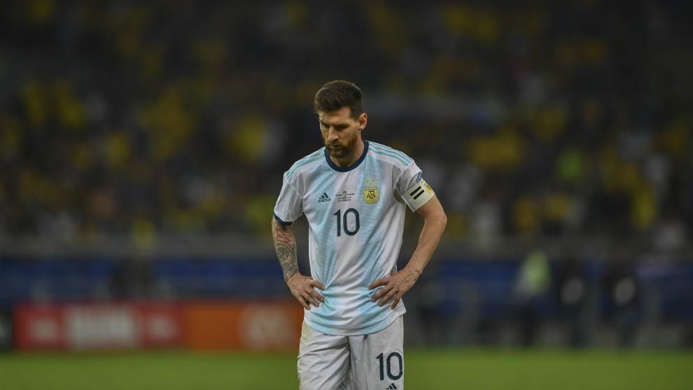 Leo Messi, cabizbajo tras ser eliminado por Brasil en la Copa América. (AFP)