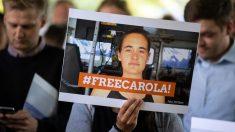 Una mujer sostiene una foto en apoyo a Carola Rackete, la capitana del barco humanitario 'Sea Watch 3' que fue detenida en Italia por atracar en el puerto de Lampedusa. Foto: EP