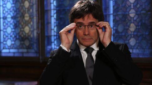El ex president Puigdemont ajustándose las gafas. (Foto. Flickr)