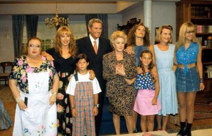 Arturo Fernández con el elenco de la serie 'La casa de los líos'