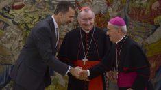 El ex nuncio apostólico en España, Renzo Fratini, estrecha la mano de su majestad el Rey Felipe VI. Foto: AFP