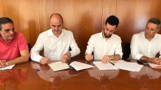 Representantes del Partido Popular y Ciudadanos de Ibiza firman el acuerdo que investirá presidente al 'popular' Vicent Marí. Foto: EP