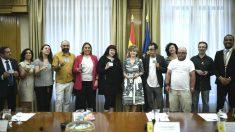 La ministra de Sanidad en funciones, María Luisa Carcedo (centro de la imagen), durante su reunión con los colectivos LGTBI y entidades de VIH y sida para coordinar la distribución de preservativos dentro de la campaña #SiemprePreservativo. (Foto: Europa Press)